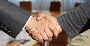 deux homme se serrant la main